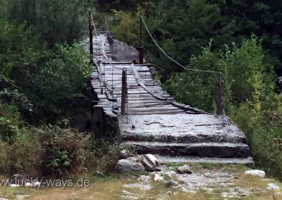 Albanien Brücke über den Fluss in Breg Lumi