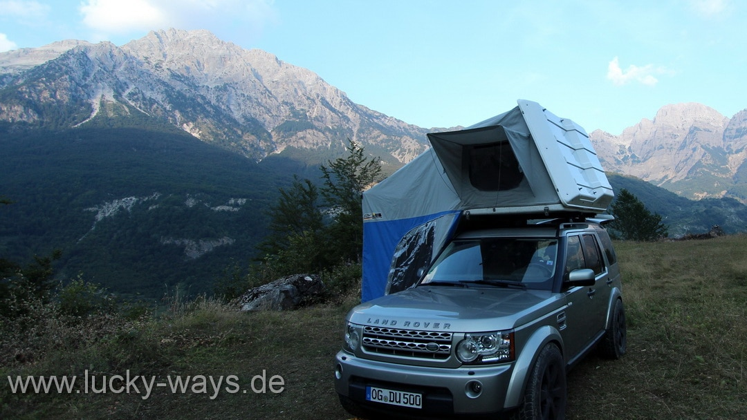 Landrover Discovery vor Guesthouse Villi Theth Albanien