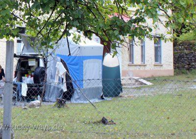 Albanien Landrover Discovery mit Dachzelt vor dem Krankenhaus in Breg Lumi