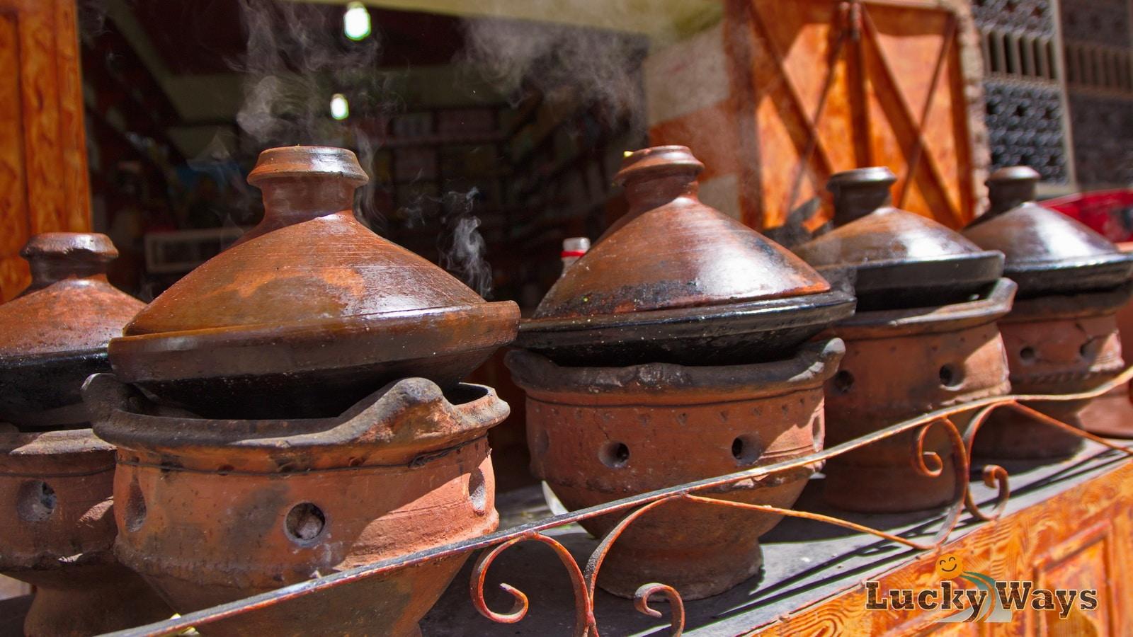 Marokko Tajines auf Holzkohlefeuer