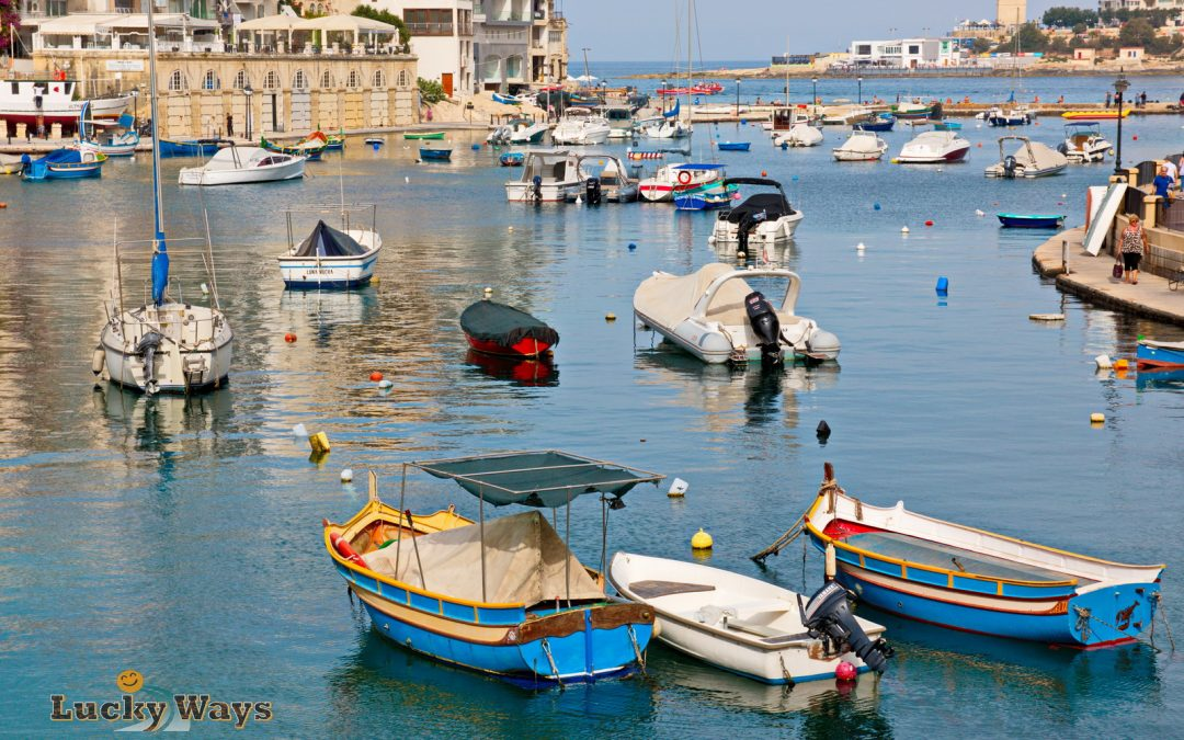 Malta Sightseeing Spinola Bay Boote ankern