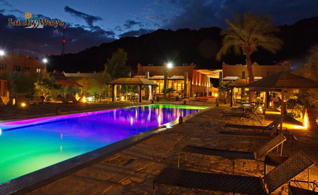 Bab Rimal Desert Hotel Foum Zguid Sahara Swimming Pool violett beleuchtet