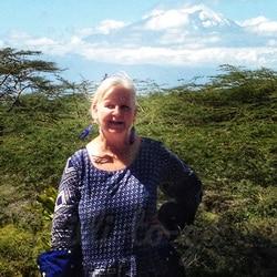 Tansania, Tanzania - Lilli Pilli vor dem Kilimandscharo, Kilimandjaro, Kilimanjaro